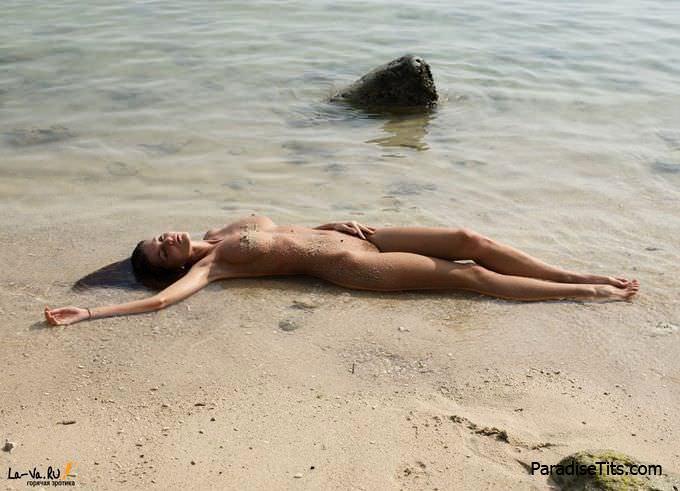 Голая русалка и молодая милфа в одном лице игриво лежит на пляже, демонстрируя всё на порно фото