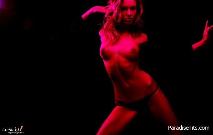 Очаровательная порно модель не останавливается и желает как можно лучше показать себя на фото