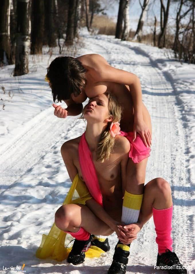 Веселые и смешные сучки похотливо резвятся среди снегов, выставив голые пёзды - невиданные порно фото