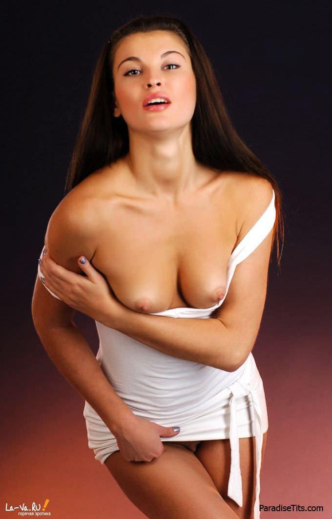Жаркая бесстыдница не сумела спрятать фантастическую пизду под платьем и игриво виляет ею на фото