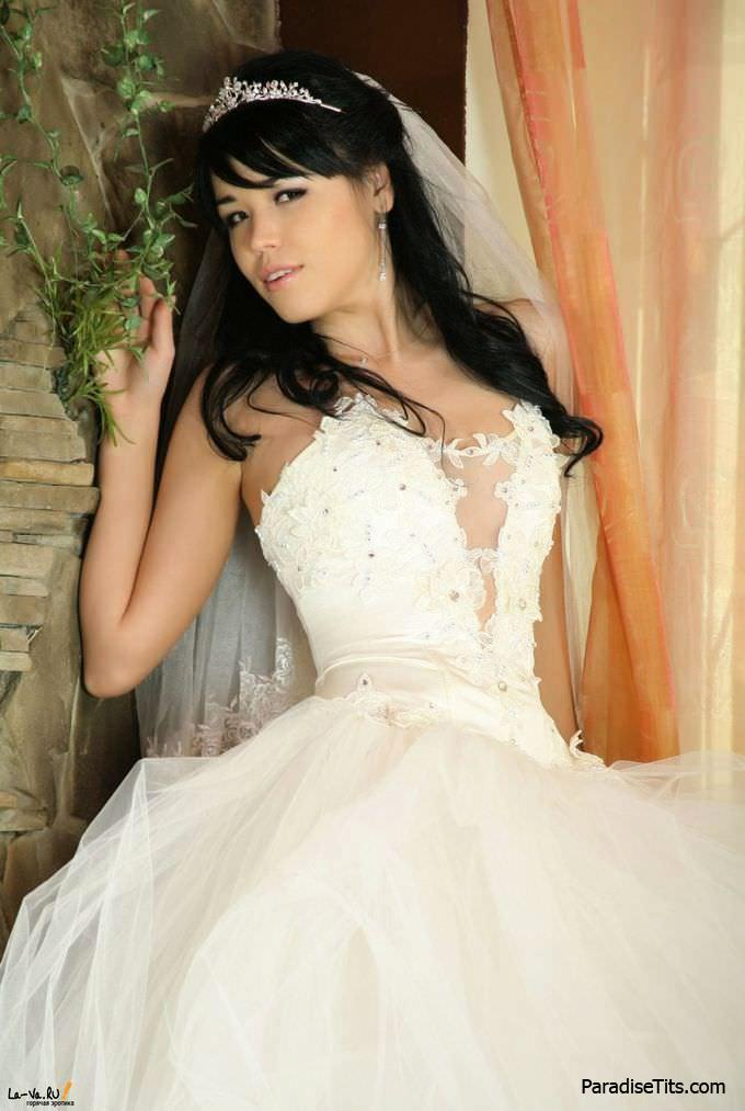 Невеста сделала откровенный фотосет, где выставила сочную пизду и прочие прелести