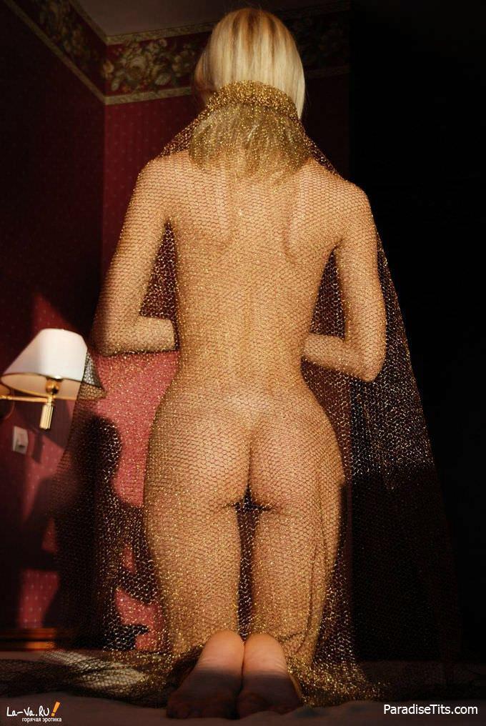 Милорд, нужно больше фото голых пёзд - эта сочная деваха с шикарной щелью подойдет!