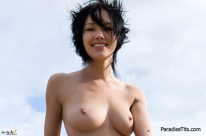 Обычная деревенская девчонка красиво выставила пизду на сеновале, находясь в ожидании траха на фото