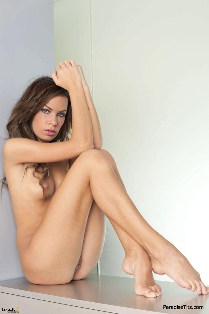 Фантастическая и абсолютно голая пизда красивой девушки просит жесткого траха на порно фото