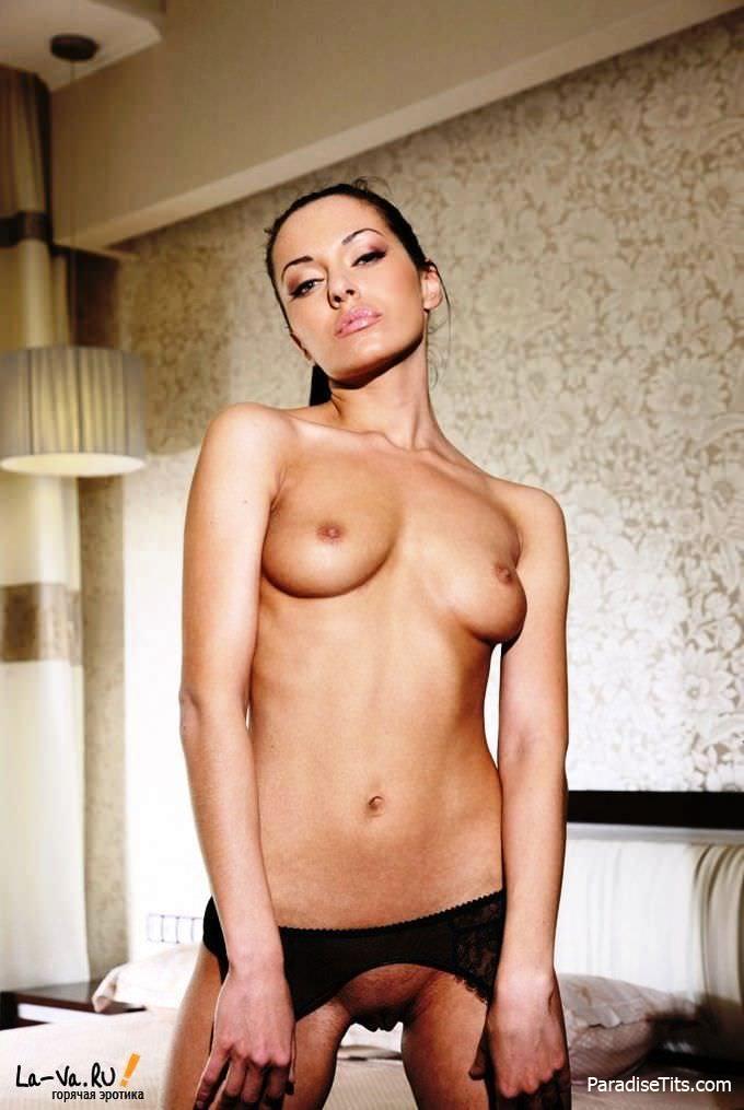 Сочная королева порнографии жаждет, чтобы её кто-то выебал в её соблазнительных чулках с подтяжками на фото