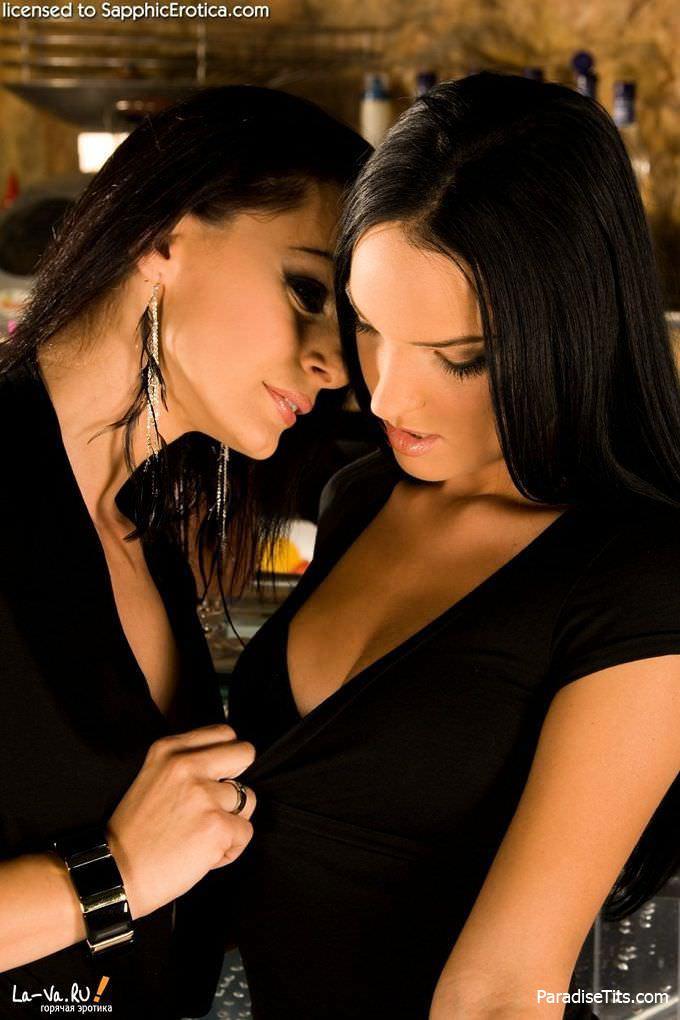 На фото молодые и красивые лесбиянки целуются, после чего вылизывают одна одной пёзды