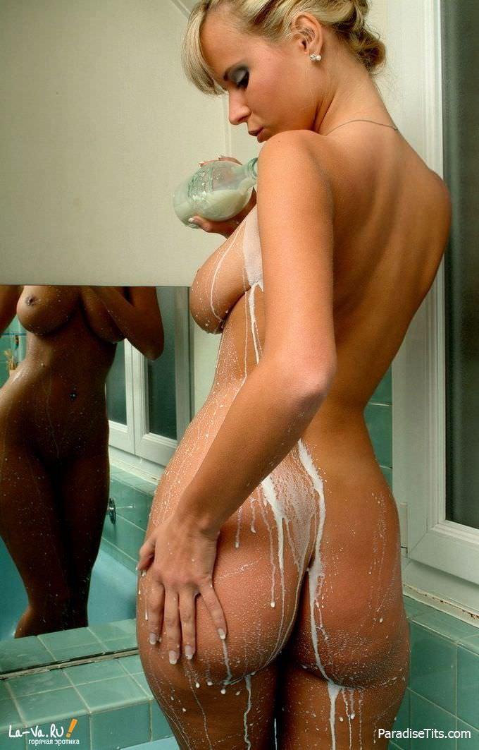 Шокирующая подборка с сиськатой русской телочкой, обливающей себя молочком на порно фото