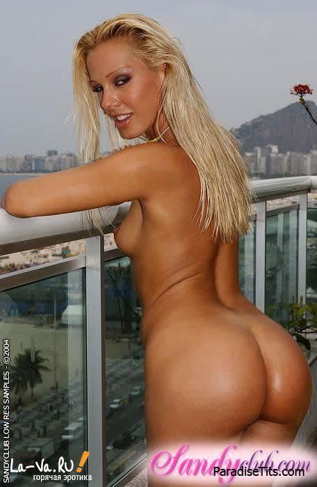 Качественное порно, где очаровательная фотомодель снимает купальник и демонстрирует розовую раздвинутую пизду
