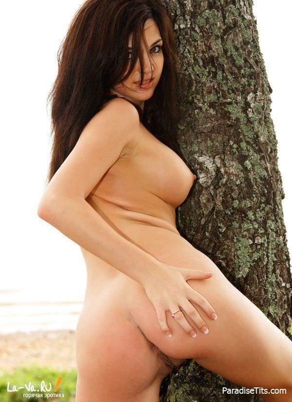 Красивая русская девушка снялась в порно, эротично позируя среди деревьев на бесплатных фото