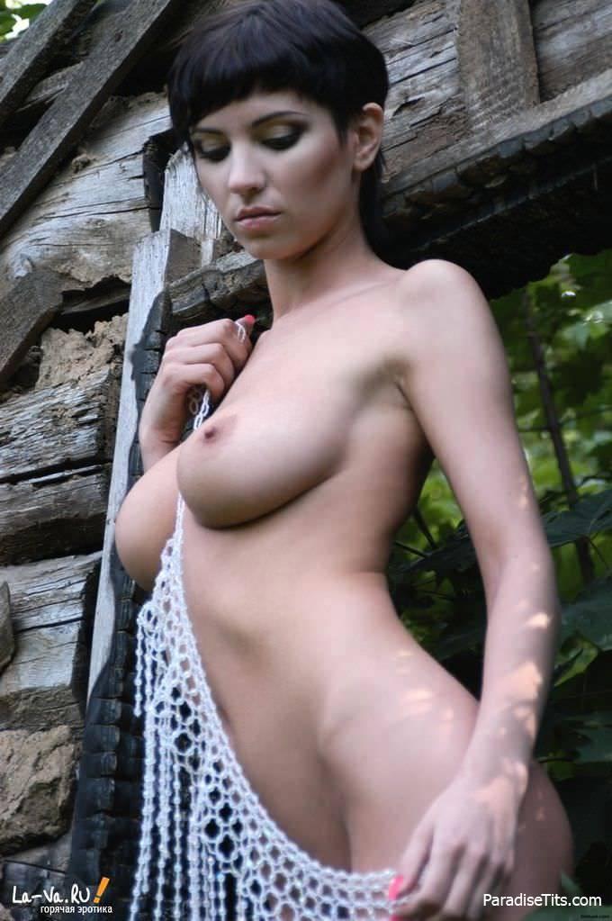 Девушка сделала частную фотосессию и показала не только попку и сиськи, но и молодую пизду