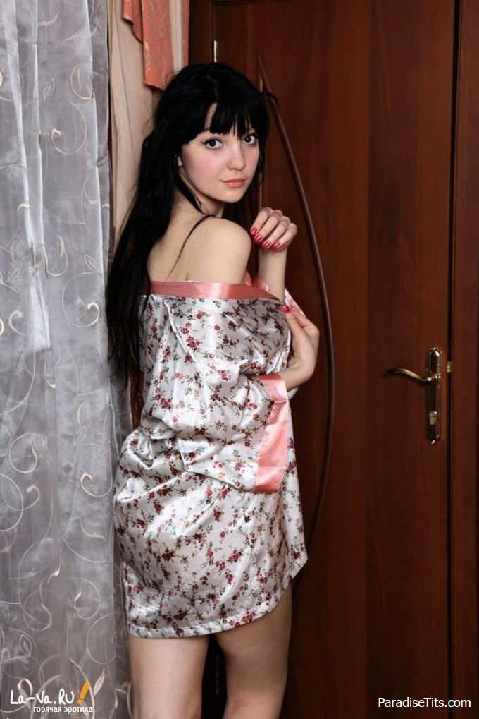 Очаровательная крошка разделась дома и показала волосатую пизду, а также красивую грудь на фото