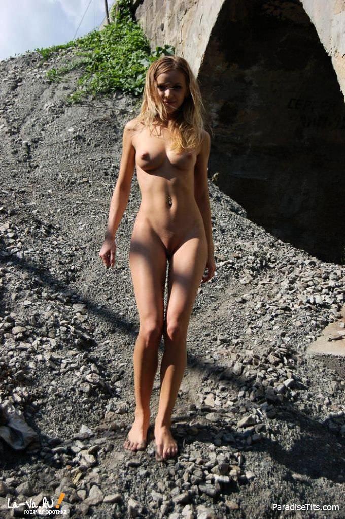 Милая русская девушка заманчиво расхаживает на фото в обнаженном виде, виляя пиздой и попкой