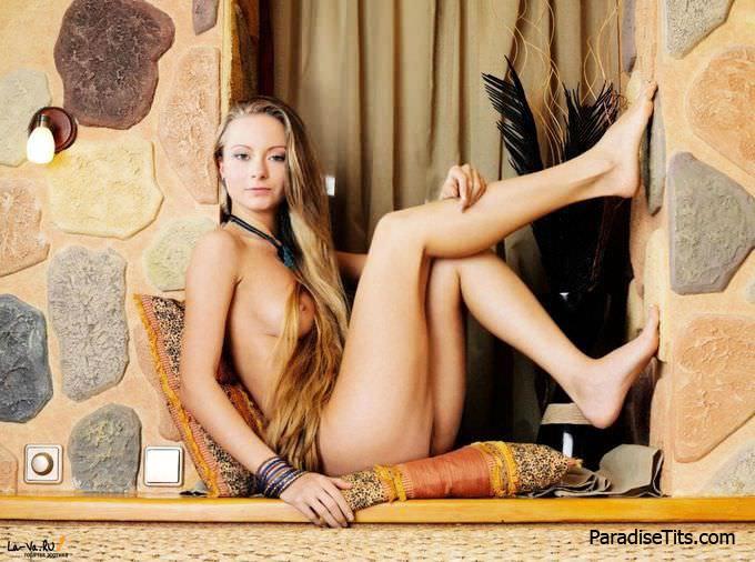 На фото молодая порно актриса дает с наслаждением посмотреть на идеальную пизду