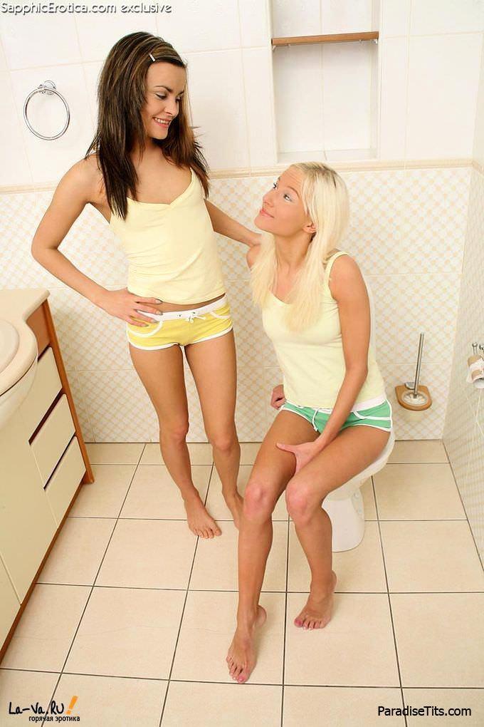 Сочные лесбиянки показывают откровенную домашнюю порнуху и делают друг дружке куни на фотках