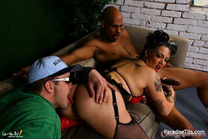 Сладкие фоточки, где ненасытную порно актрису ебут два самца в ротик и пизденку