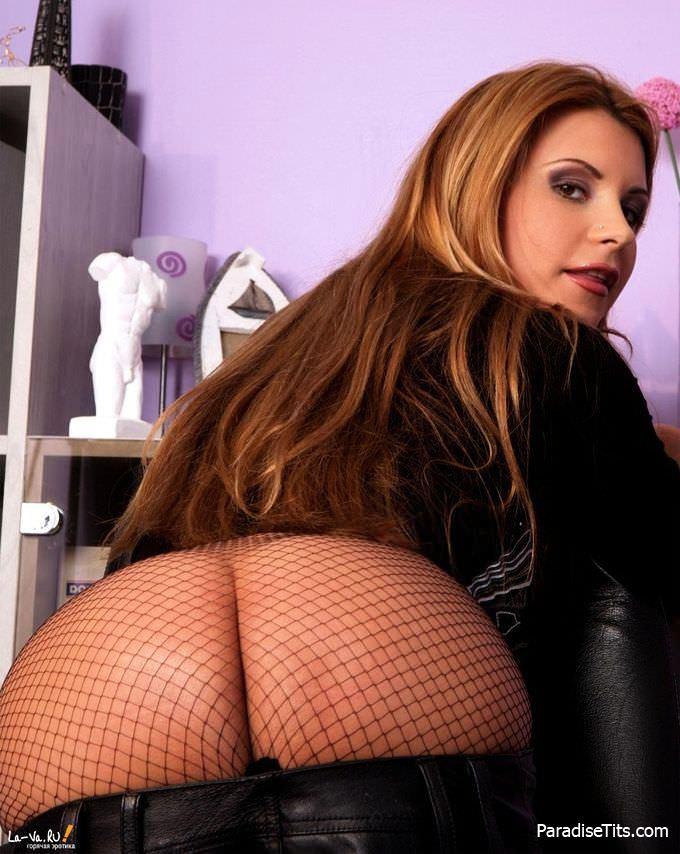 На фото шикарная порно актриса в сетчатых колготках преподнесла свои прелести