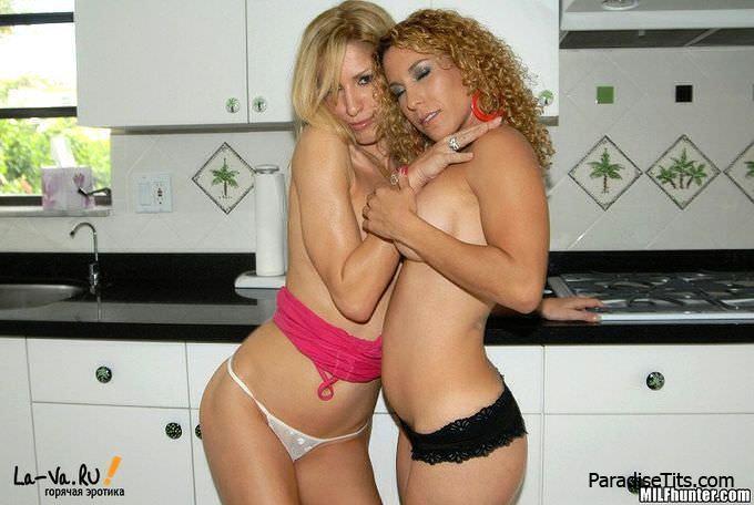 На домашних фото трое партнеров устраивают дикую групповую порнуху со спермой