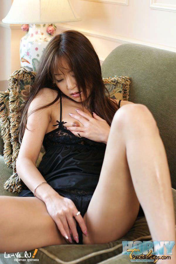 Милая азиатка показала свои частные фоточки, на которых она красиво мастурбирует и ублажает любителей китайского порно