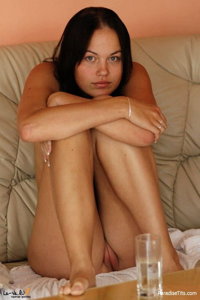 Соблазнительная чувиха демонстрирует на фото свою девственную пизду и половые губки