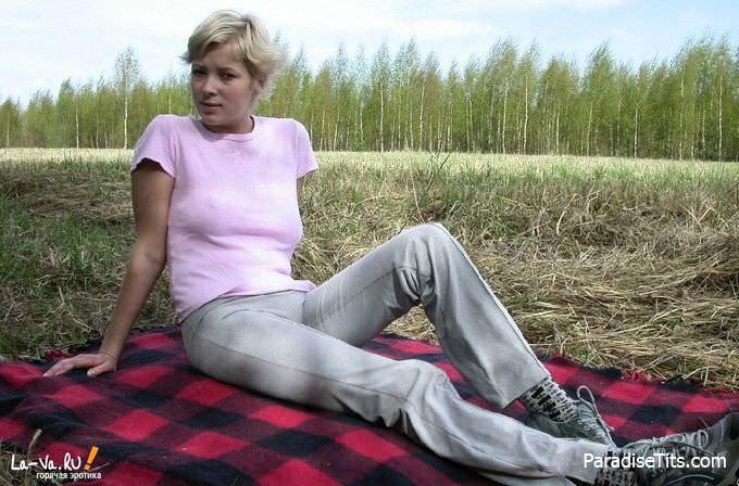 Милая деревенская блондинка без доли стеснения показывает пизду на откровенных фото