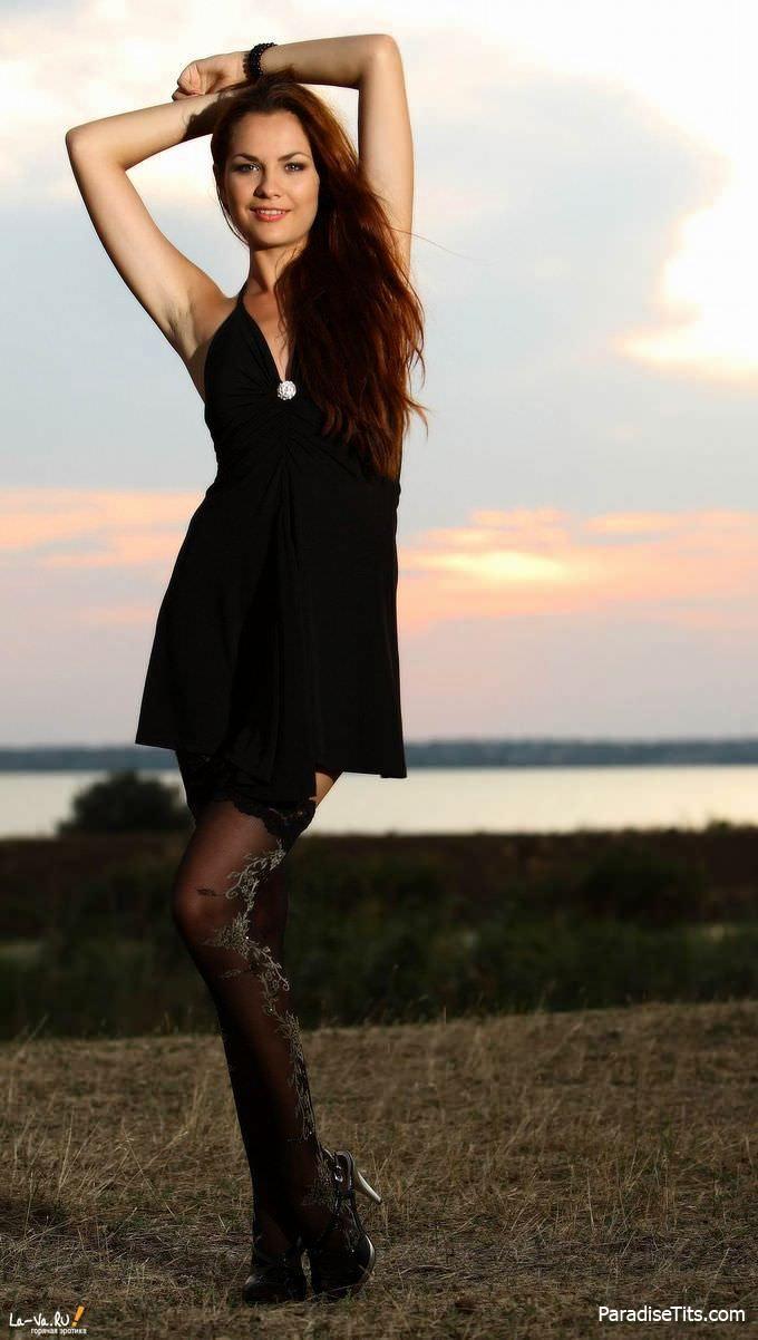 На потрясающих фото в высоком качестве симпатичная молодая девушка в чулках демонстрирует пизду
