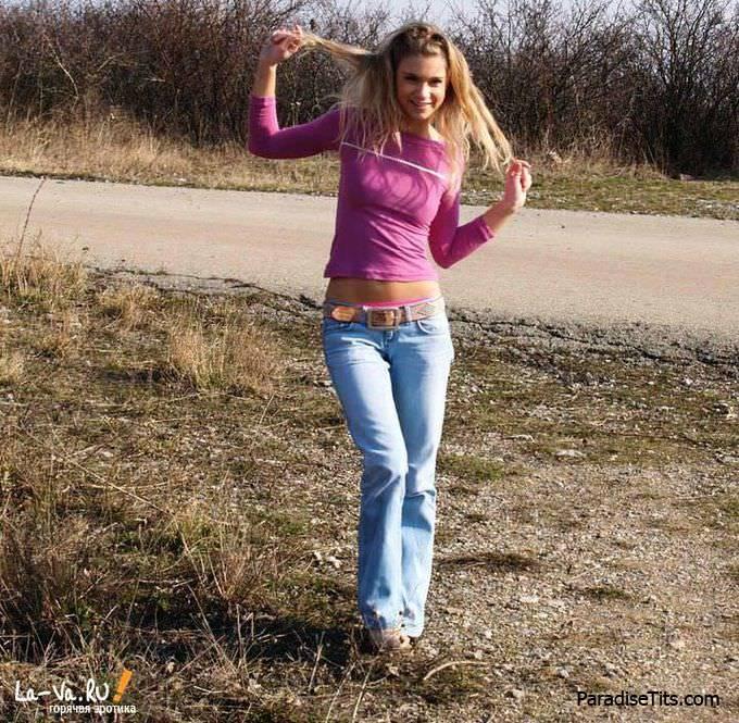 На красивых деревенских фото соблазнительная русская куколка возомнила из себя порно звезду и разделась полностью