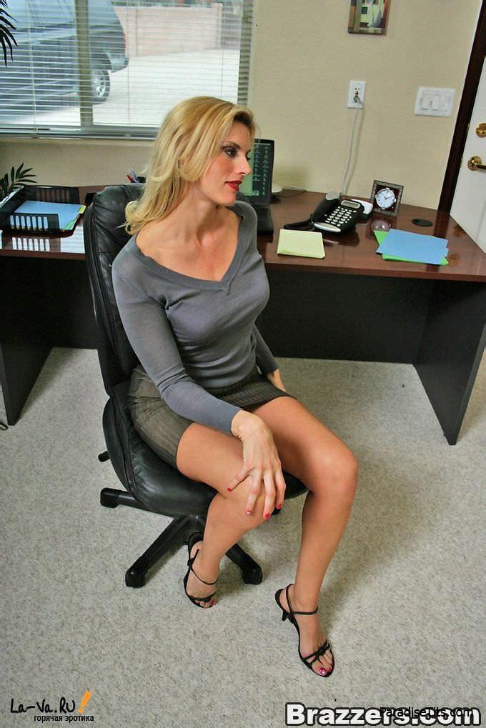 На качественных порнографических фото от Бразерс офисный менеджер поимел двоих фрау очень пылко