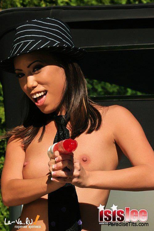 Обворожительная девка в черных чулках игриво преподносит на фото свое шикарное тело