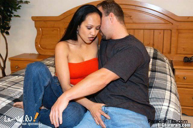 Пикантная фото история, где темнокожая сучка занимается дикой еблей со своим парнем