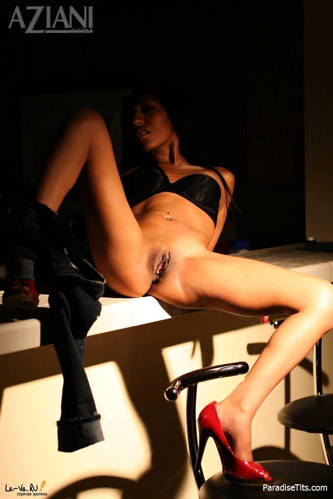На порнографических фото в HD качестве брюнетка откровенно разделась и выставила пизду