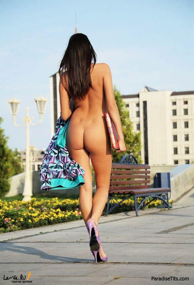 Фото, где русская студентка и по совместительству порно актриса красиво позирует голой на лавочке