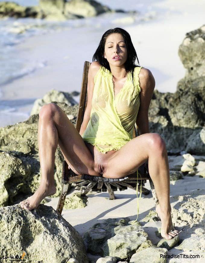 Качественные фоточки, где голая порно актриса пафосно и откровенно позирует на пляже