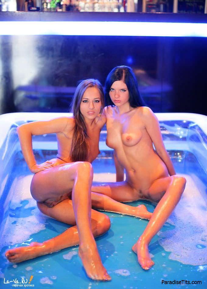 Русские лесбы устраивают качественное порно представление и извиваются обнаженными в бассейне на фото