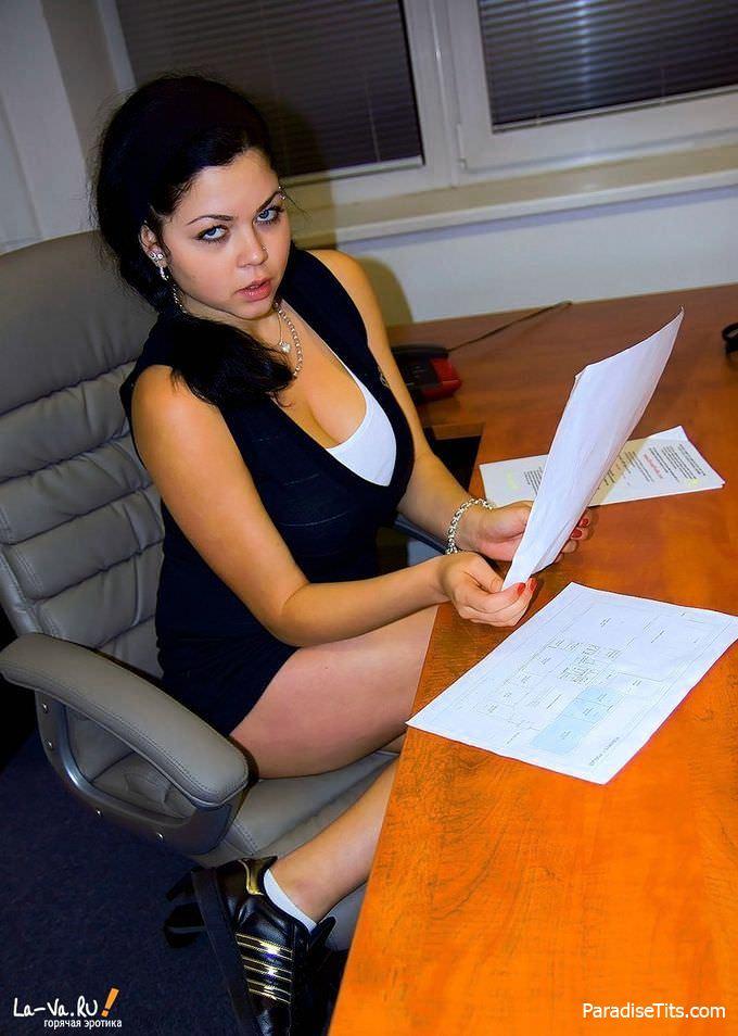 Чудесная сисястая барышня откровенно позирует на фото, показывая качественное порно в офисе