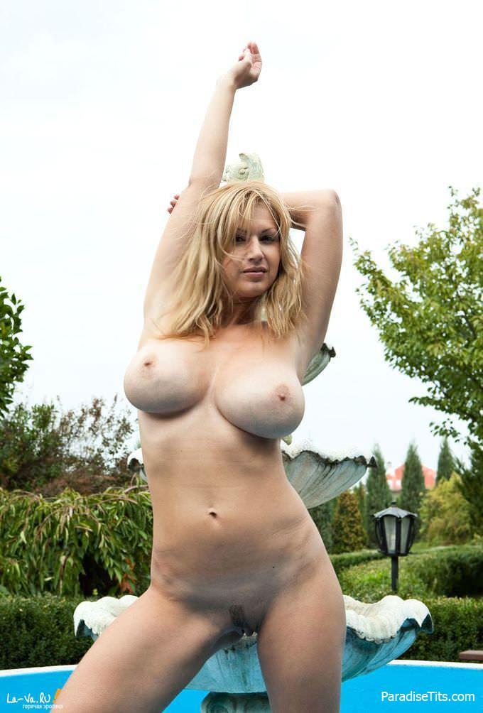 Порно с грудастой зрелой чувихой, которая очень откровенно показала себя на фото