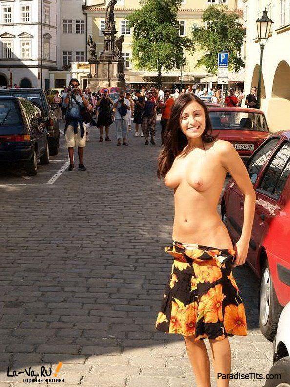 Фото, где молодая порно актриса тренирует свои навыки и занимается нудизмом на улице