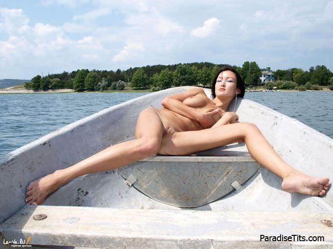 Жаркая сучка с раздвинутыми ногами откровенно показывает восхитительную пизду на фото