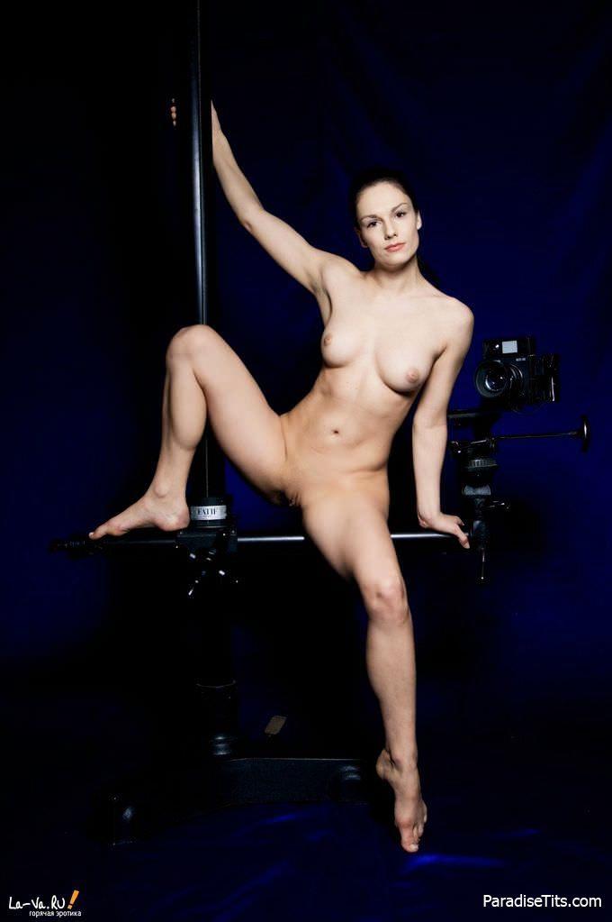 Эротические фото, где молодая женщина раздвинула ноги и показала пизду в пикантных позах