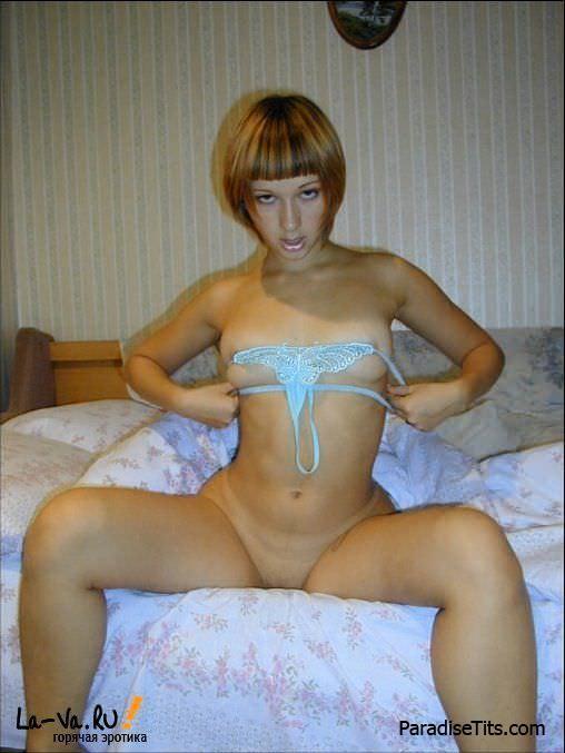Знойная девушка в домашней обстановке чувствует себя порно звездой и позирует на фото голой