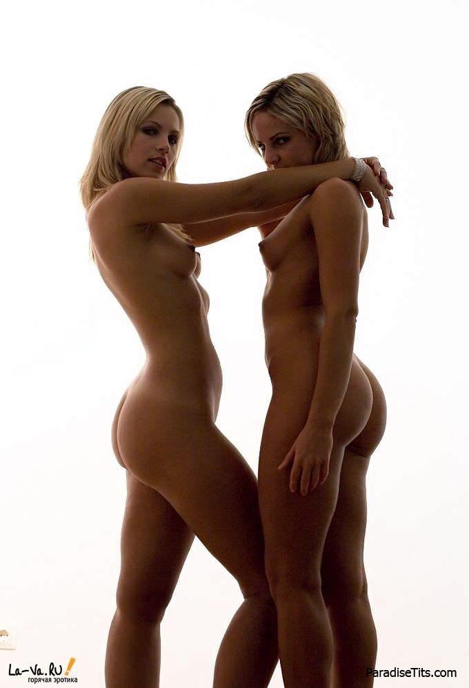Две симпатичные голые сестры показали крутое эротическое порно фото в своем исполнении