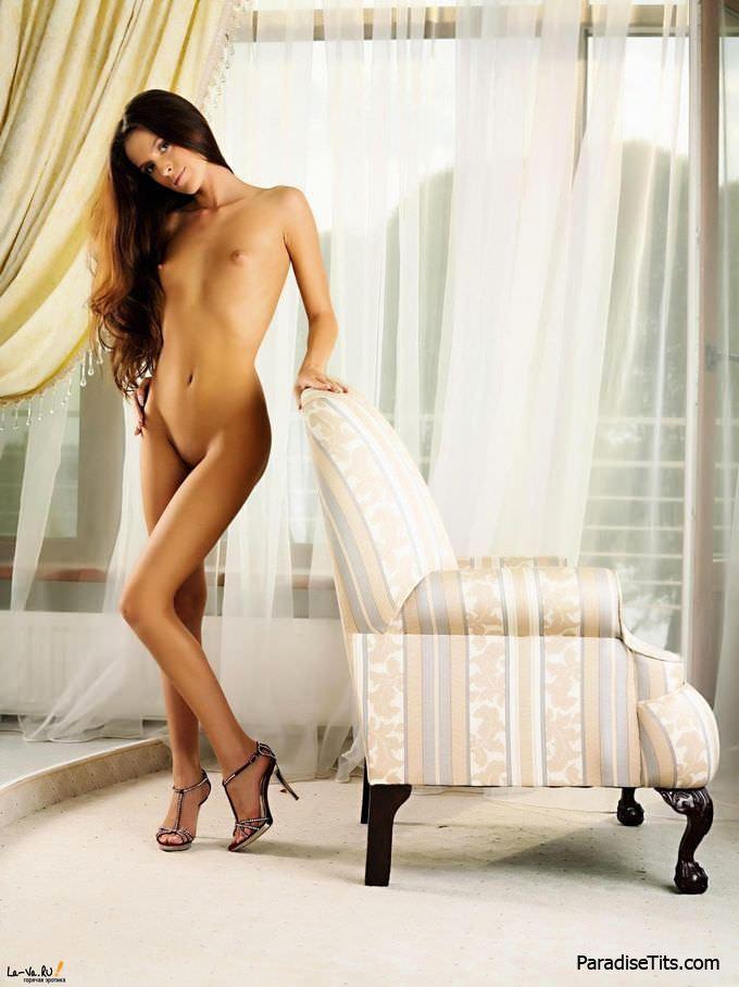 Сочная и стройная девка откровенно демонстрирует на фото свою молодую мясистую пизду