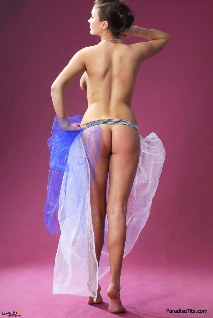 Шикарная телочка с большой красивой грудью игриво извивается в обнаженном виде на порнографических фото