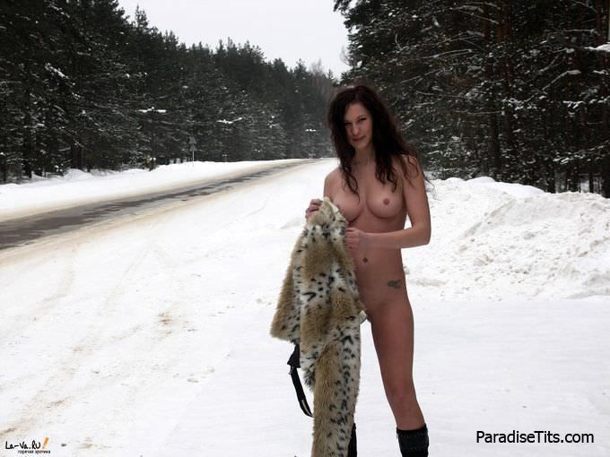 Симпатичная женщина с голой пиздой и потрясающими сиськами кукует на фото возле магистрали