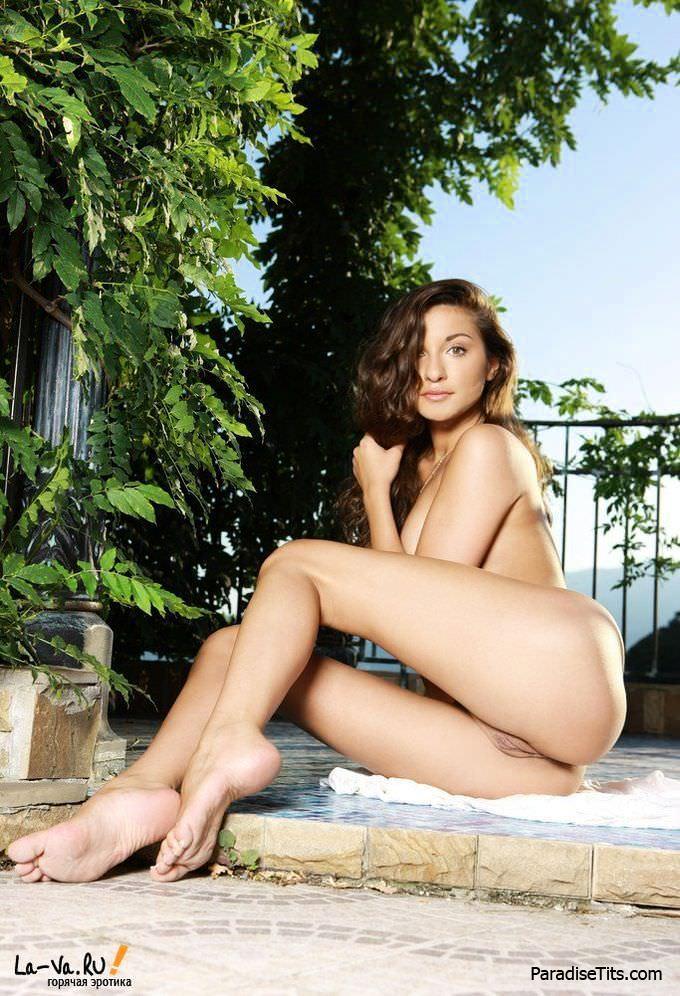 Грациозная голая милашка красиво позирует на бесплатных порно фото