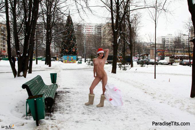 На частных порно фото русская крошка позирует голой зимой на улице