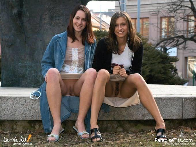 Развратные бабенки без трусов показывают свои пёзды под юбками на фото