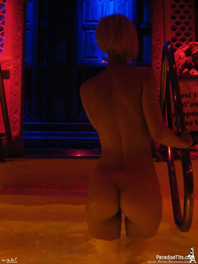 Милая француженка выложила в сеть свои интимные домашние порно фото