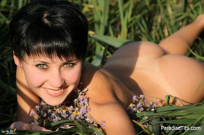 Очаровательные фото, где милашка предоставляет зрителям полный просмотр своей голой пизды