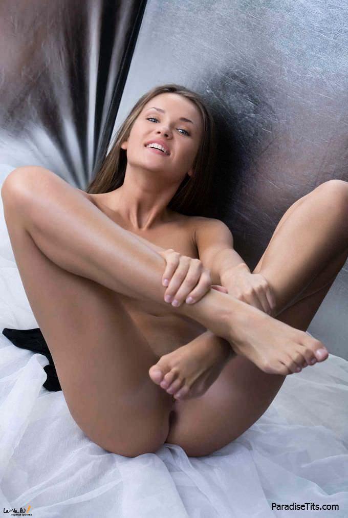 Симпатичная развратница на бесплатных фото показала легкую эротику с примесью порно, дав увидеть свою голую пизду