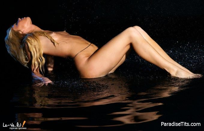 Молодая женщина в обнаженном виде эротично показывает пизду на чудесных фото